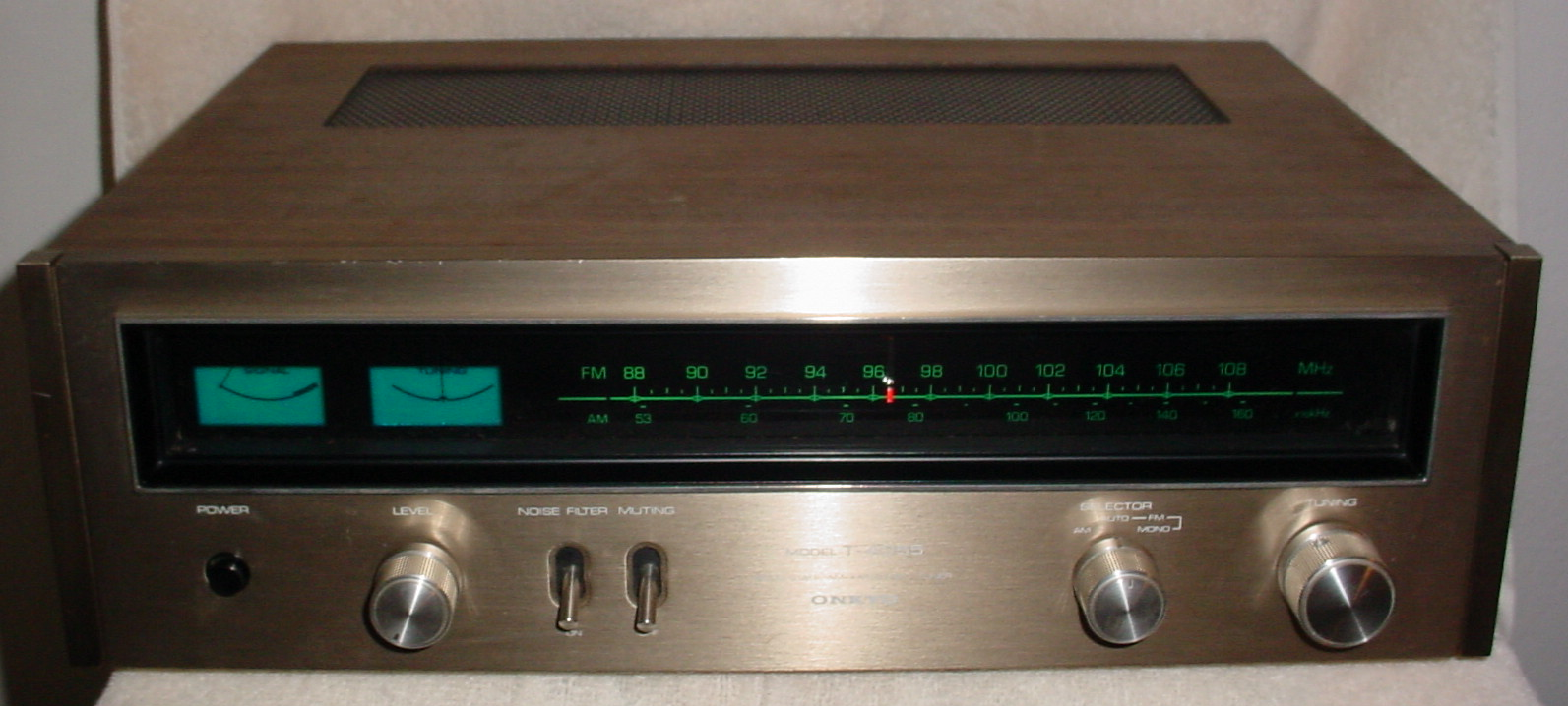 onkyo quartz synthesized tuner amplifier r1. the t-4055 is an older tuner that has some fans. our contributor walt says, \ onkyo quartz synthesized amplifier r1 p